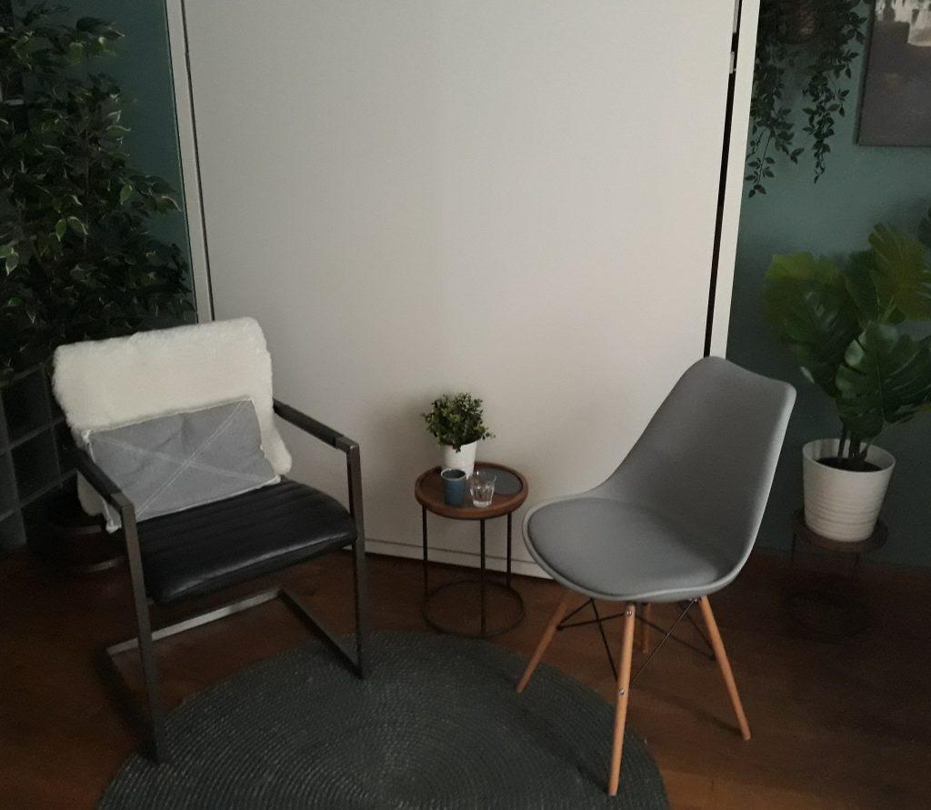De stoelen in de praktijkruimte van Suzanne Koppen